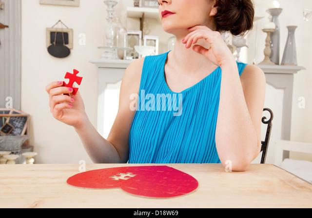 Frau tut Herz geformt Jigsaw Puzzle Stück Stockbild