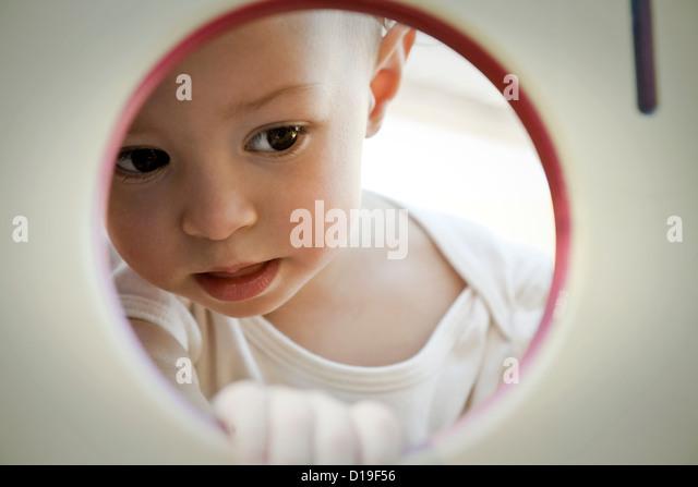 Kleines Mädchen auf der Suche durch Kreis Stockbild