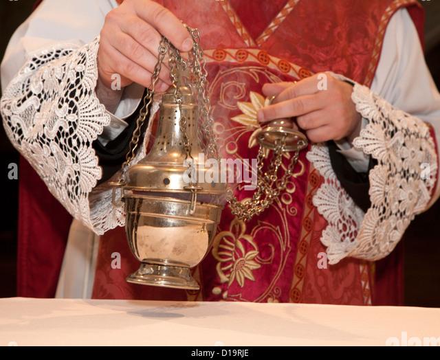 Hand der katholischen Priester Weihrauch Stockbild