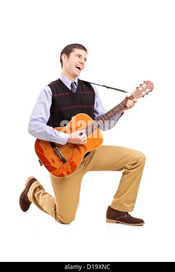 In voller Länge Portrait von ein Mann, eine Gitarre spielen und singen auf weißen Hintergrund isoliert Stockbild