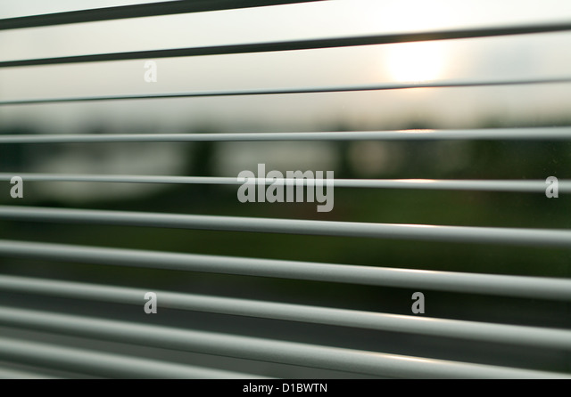 Berlin, Deutschland, Sonnenuntergang hinter den Lamellen einer Jalousie Stockbild