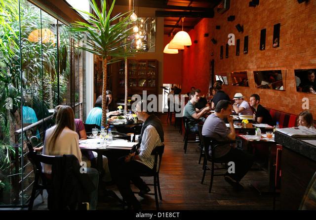 Leute sitzen bei Oscar Cafe auf der Rua Oscar Freire in den Jardins Gegend, Sao Paulo, Brasilien, Südamerika Stockbild