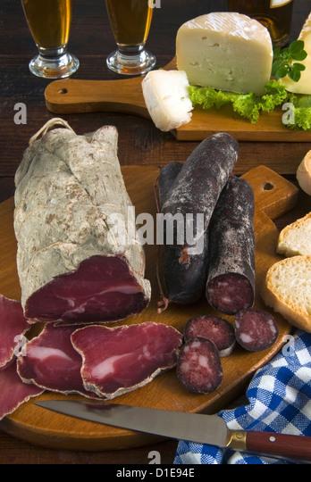 Motsetta (Motzetta) (Mocetta), Gämse oder Rindfleisch gesalzen, gewürzt und getrocknet, Boudin Würstchen Stockbild