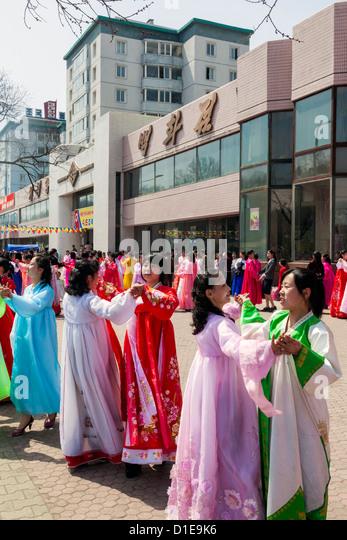 Frauen in traditioneller Kleidung während der 100. Geburtstag des Präsidenten Kim Il Sung, April 2012, Stockbild
