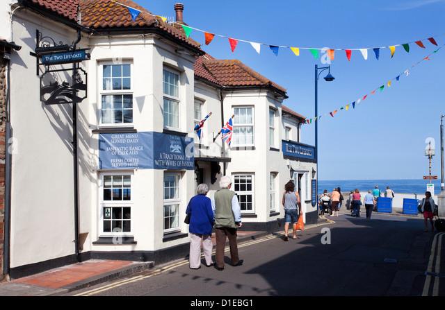 Die zwei Rettungsboote Pub am Strand von Sheringham, Norfolk, England, Vereinigtes Königreich, Europa Stockbild
