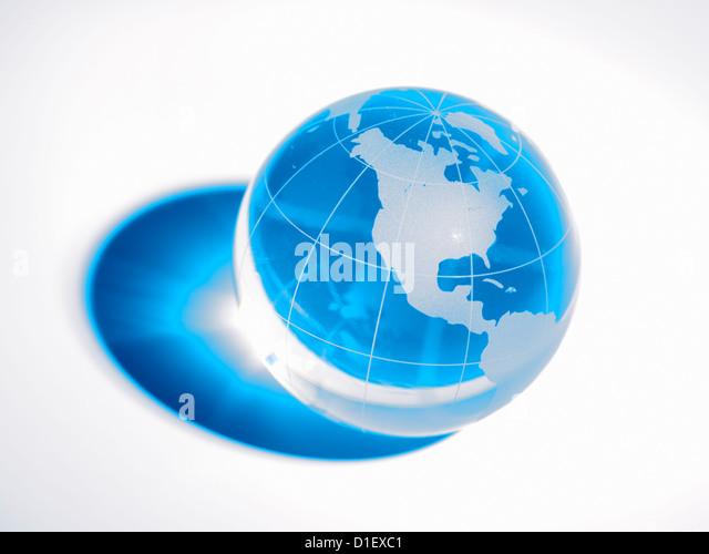 Glaskugel auf weißem Hintergrund Stockbild