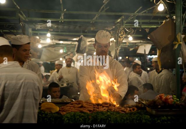 Eine Chef grillen Fleisch Essen Ständen auf dem Hauptplatz, Jemaa el Fna in Marrakesch, Marokko, Nordafrika Stockbild