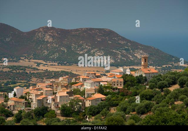 Einen erhöhten Blick auf das malerische Dorf Aregno in der Binnenschifffahrt Haute Balagne Region, Korsika, Stockbild
