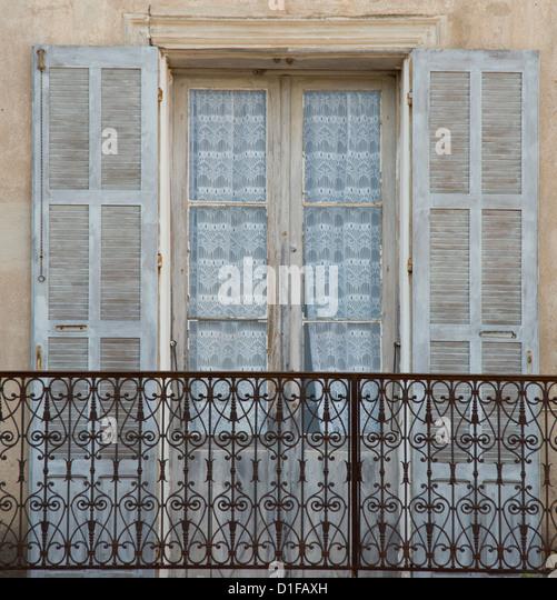 Eine alte Fenster, Balkon und Vorhänge in dem malerischen Dorf Aregno in das Landesinnere Haute Balagne, Korsika, Stockbild