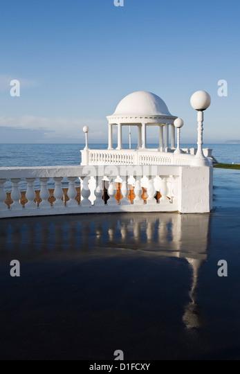 Kolonnaden von De La Warr Pavilion und Strandpromenade, Bexhill-on-Sea, East Sussex, England, Vereinigtes Königreich, Stockbild