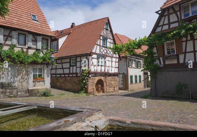 Alten Tier Bewässerung Tröge auf dem Dorfplatz in Gleishorbach, im Bezirk Pfalz Wein, Rheinland-Pfalz, Stockbild