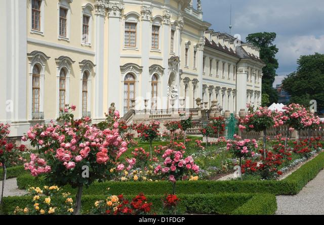 Der Rose Garden, 18. Jahrhundert barocke Residenzschloss, inspiriert von Schloss Versailles, Ludwigsburg, Baden Stockbild
