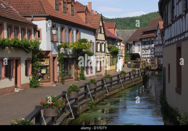 Traditionelle Häuser von Mühlbach entlang Wassergasse, Annweiler bin Trifels, Pfalz Wein Gebiet, Rheinland Stockbild