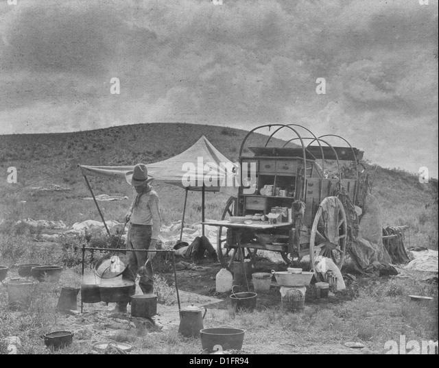 Chuck Wagon, immer Abendessen - ein Planwagen auf ein Lager und ein Koch immer Abendessen unterwegs, ca. 1908 Stockbild