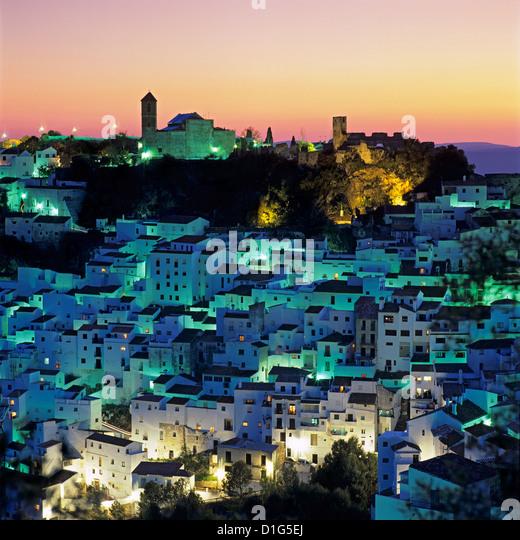 Weißen andalusischen Dorfes in der Abenddämmerung, Casares, Andalusien, Spanien, Europa Stockbild