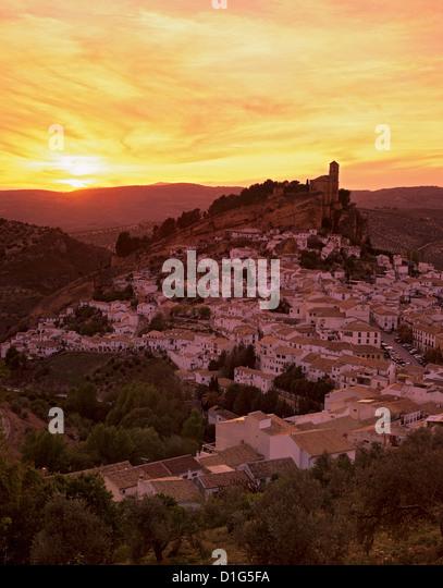 Sonnenuntergang über weißes Dorf, Montefrio, Andalusien, Spanien, Europa Stockbild