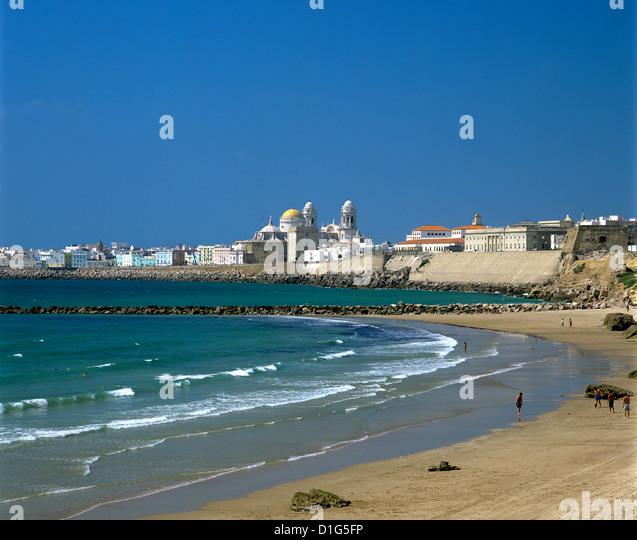 Blick entlang der Strand in Richtung alte Stadt, Cádiz, Andalusien, Spanien, Europa Stockbild