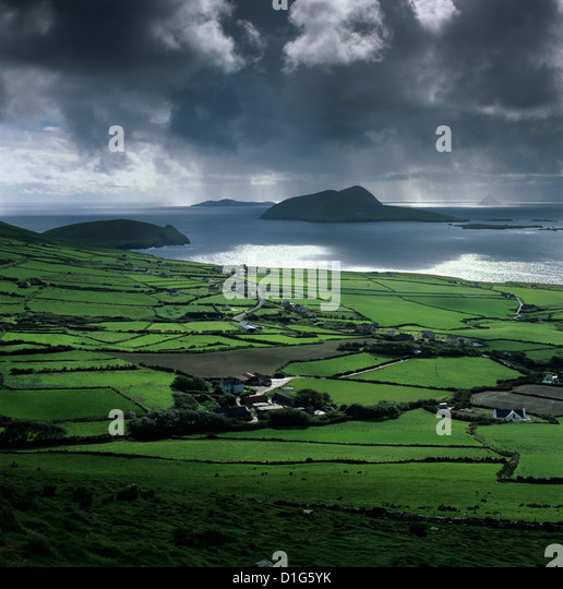 Blick auf Blasket Sound zu den Blasket Inseln und Slea Head, Halbinsel Dingle, County Kerry, Munster, Irland Stockbild