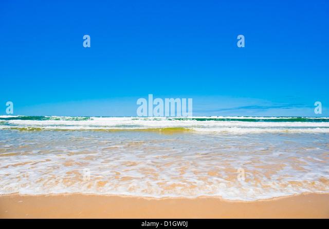 Sand, Meer und Himmel von Seventy Five Mile Beach, Fraser Island, UNESCO-Weltkulturerbe, Queensland, Australien, Stockbild