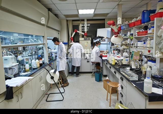 Herstellung von Lab Arbeiter erforschen Zutaten und Chemikalien in einem Textil und Stoff Stockbild