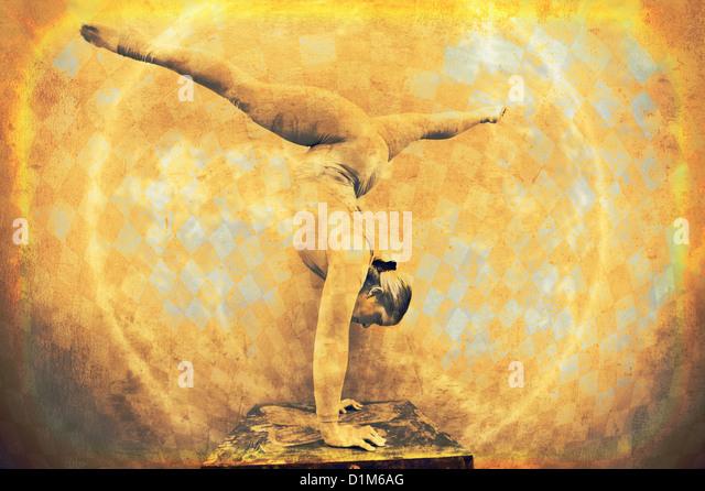 Weibliche Acrobat in einem kreisförmigen Handstand. Foto basierte gemischten Datenträger-Abbild. Stockbild