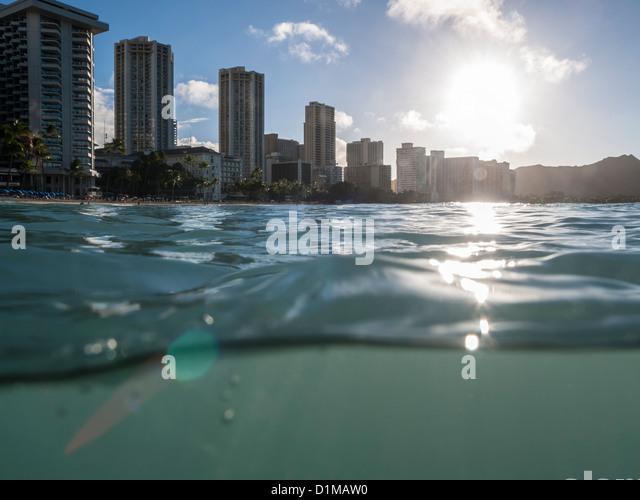 Teilweise unter Wasser Schuss von Waikiki Resorts und Diamond Head Peak kurz nach Sonnenaufgang. Stockbild