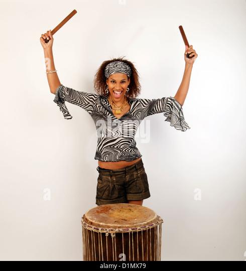 Festival-Schlagzeuger auf eine afrikanische Doum Doum-Trommel. Sangban Sangba, Sangbar. Stockbild