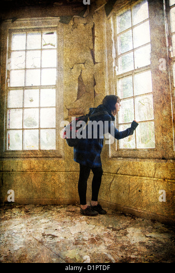 Angst vor Frau sah aus dem Fenster Stockbild