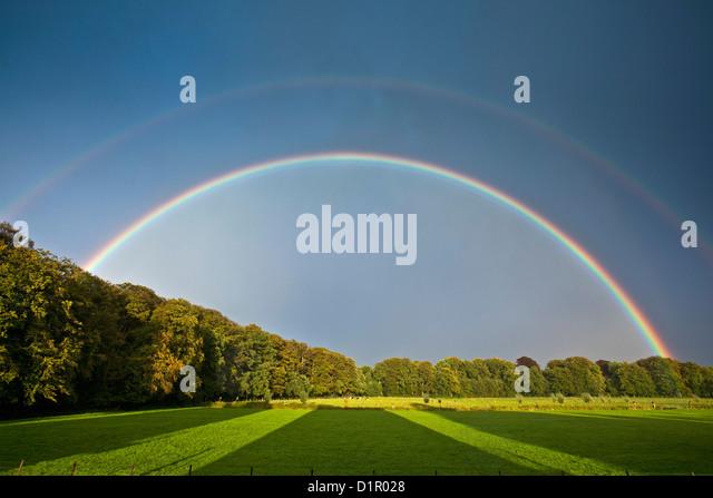 Niederlande,'s-Graveland. Landgut namens Hilverbeek. Doppelter Regenbogen. Stockbild