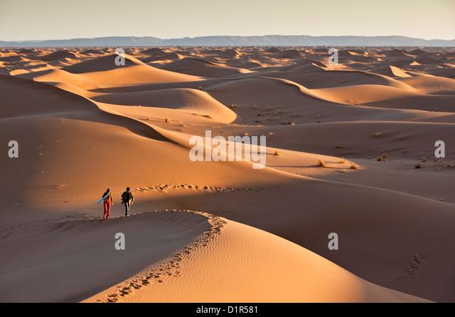 Marokko, M' Hamid, Erg Chigaga Dünen. Wüste Sahara. Touristen auf der Sanddüne. - Stock-Bilder