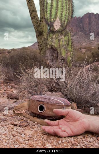 Ein Wanderer in der extremen Wildnis erliegt Dehydrierung während in der abgelegenen Wüste, angezeigt Stockbild