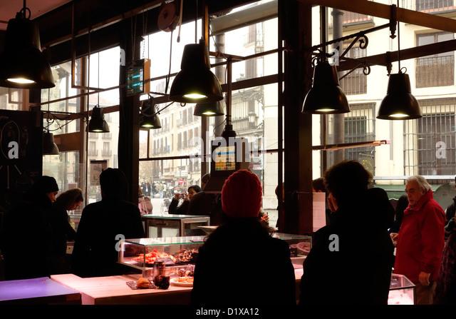 Mercado San Miguel Madrid Spanien Tapas essen trinken Wein Stockbild