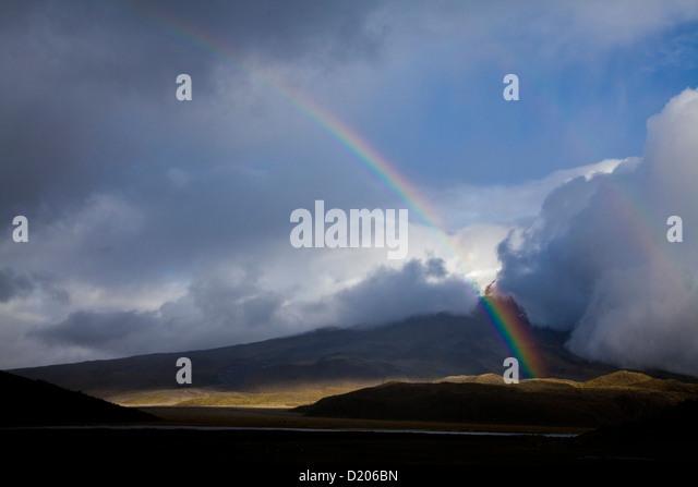 Nebel, Wolken und Regenbogen auf Cotopaxi (5897m), im Vordergrund: Lagune Limpiopungo, Anden, Ecuador, Südamerika Stockbild