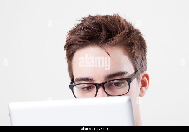 Junger Mann mit Brille auf den Bildschirm seines Laptops oder digital-Tablette. Hautnah auf Augen. - Stock-Bilder