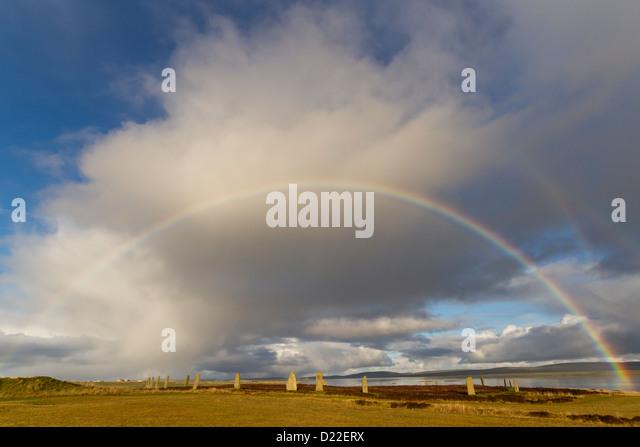 Regenbogen über dem Ring of Brodgar Steinkreis, Orkney Inseln Stockbild