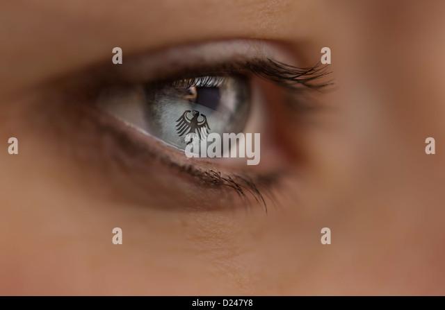 Frau auf der Suche im Internet-Seite mit den deutschen Bundesadler. Symbol: Geheimdienst, Geheimdienst, Cyber-Kriminalität Stockbild