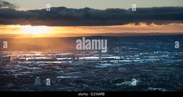 Belfast Hafen bei Sonnenaufgang von Cave Hill gesehen Stockbild