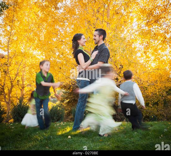USA, Utah, Bountiful, Familie mit Kindern (2-3, 4-5, 6-7, 8-9) tanzen im Garten im Herbst Stockbild