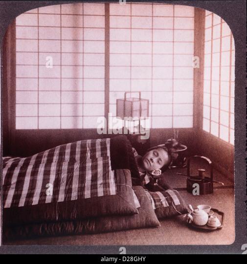Junge Frau schläft zwischen Futons, Stereo-Fotografie, 1904 Stockbild