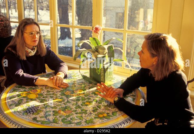 Zwei Freunde (30) Converse am Tisch Stockbild