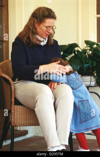 Frau In ihr 30 wohliger 3 jährige Tochter Stockbild