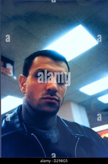 Der Mensch In seinen 30 mit dunklem Haar und schwarze Lederjacke, ernst. Stockbild