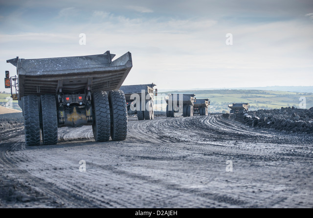 LKW mit Kohle Felsen an Oberfläche mir Stockbild