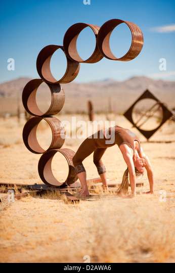 Frau in der Yoga-Pose Urdhva Dhanurasana, gemeinhin als Rad. Stockbild
