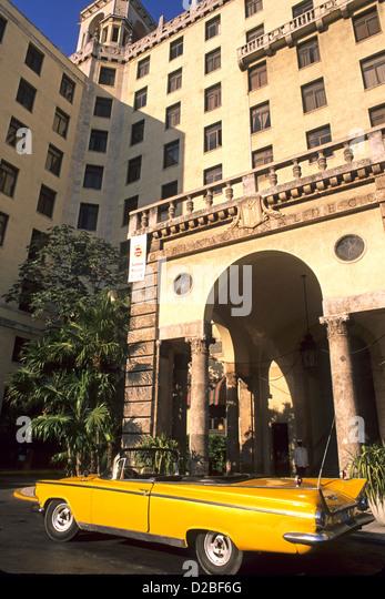 Kuba, Havanna. 50er Jahre Auto und Habana Nacional Hotel Stockbild