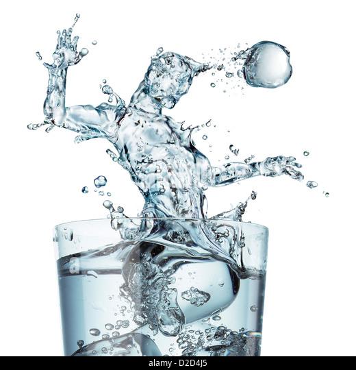 Sport-Hydratation konzeptionelle Computer Kunstwerk Glas Wasser mit einem Schuss geformt als Football-Spieler den Stockbild