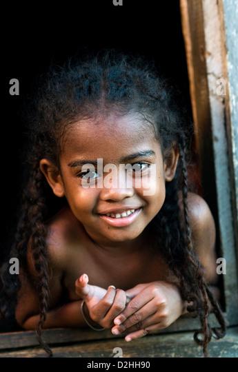 Kleinkind im Dorfhaus, Hell-Ville, nosy-werden, Madagaskar Stockbild