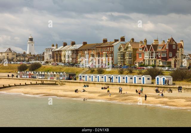 Küste von dieser Stadt mit dem Leuchtturm, North Parade und bekanntlich teuer Strand Hütten, Southwold, Stockbild