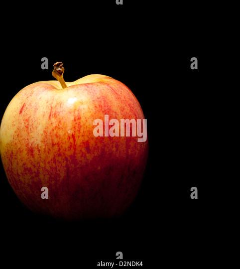 Roter Apfel auf schwarzem Hintergrund Stockbild