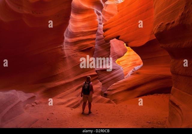 Weibliche Touristen Wanderer und Sandstein Felsformationen, Lower Antelope Canyon, Page, Arizona, USA Stockbild
